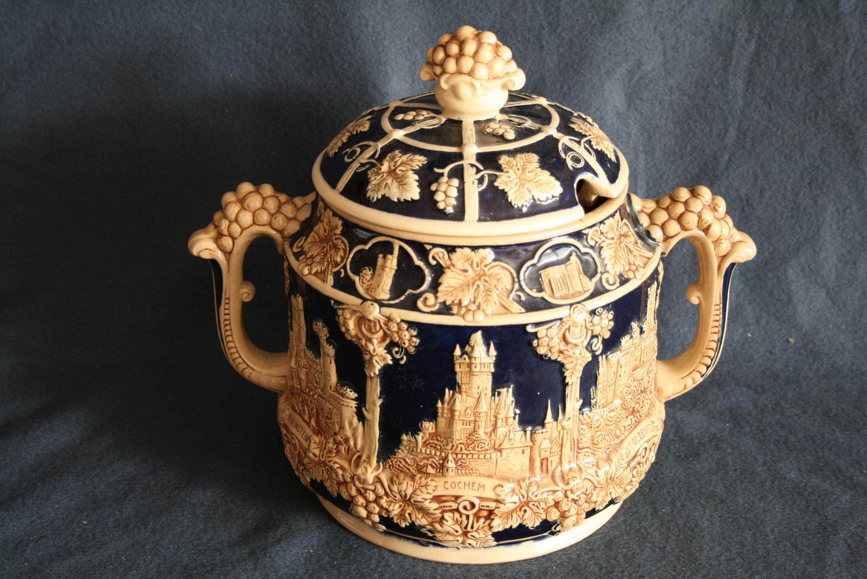 Lot 248 - Grand pot à vin en faïence allemande AGWW figurant des chateaux forts et décor de [...]