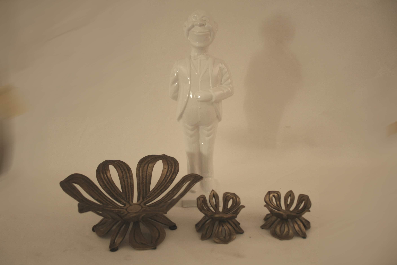Lot 228 - Trois coupes à fruits en bronze (1 grande et 2 petites), une porcelaine blanche [...]