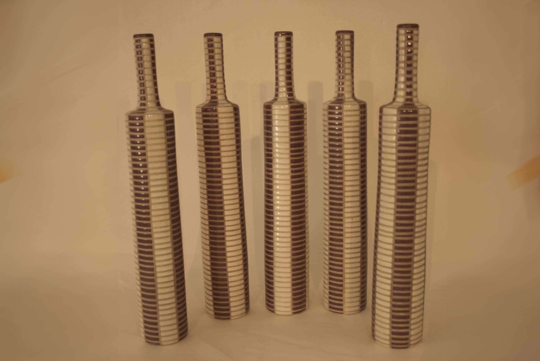 Lot 207 - Ensemble de 5 grands vases HABITAT en faïence bicolore à rainurage horizontal - [...]