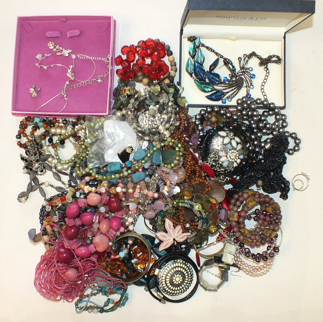 A quantity of costume jewellery.