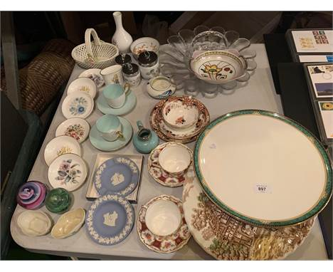 AN ASSORTMENT OF GLASS AND CERAMIC ITEMS TO INCLUDE A LARGE 'LAMBOURNE' WEDGWOOD PLATTER, A NORITAKE BOWL, FIVE ROYAL WORCEST