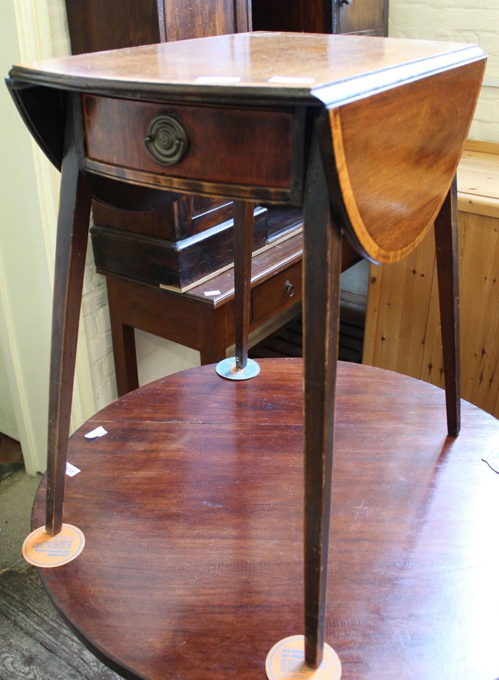 Lot 1004 - An Edwardian splayed leg circular drop leaf table with single drawer