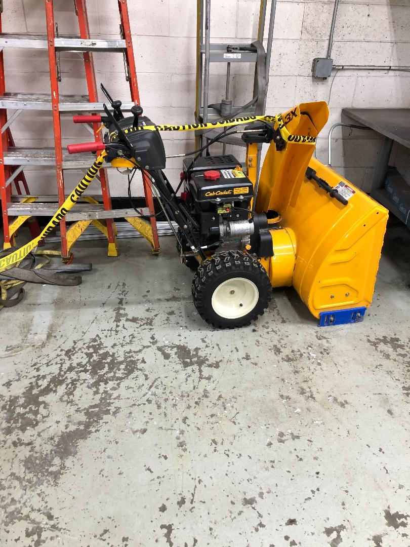 CUB CADET GAS POWERED SNOW BLOWER, 5-SPEED, 480 CC, ELECTRIC START - Image 2 of 2