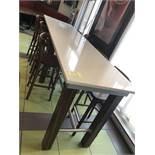 Superbe Table communautaire 10' x 23'' a/ dessus QUARTZ et rail appui pieds acier inox