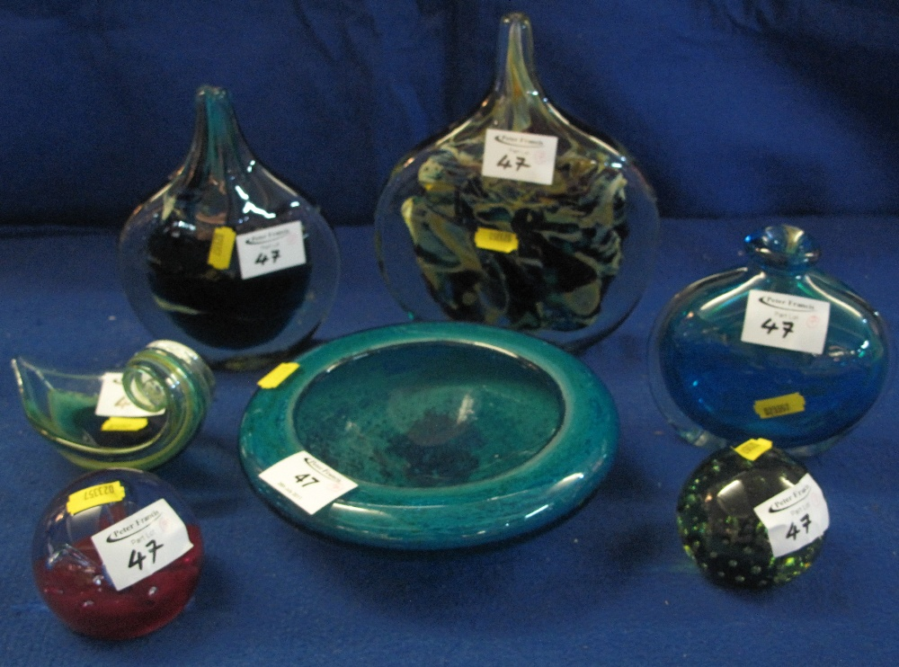 Lot 47 - A group of assorted modern art glass items, various to include flasks, bowls, dishes,