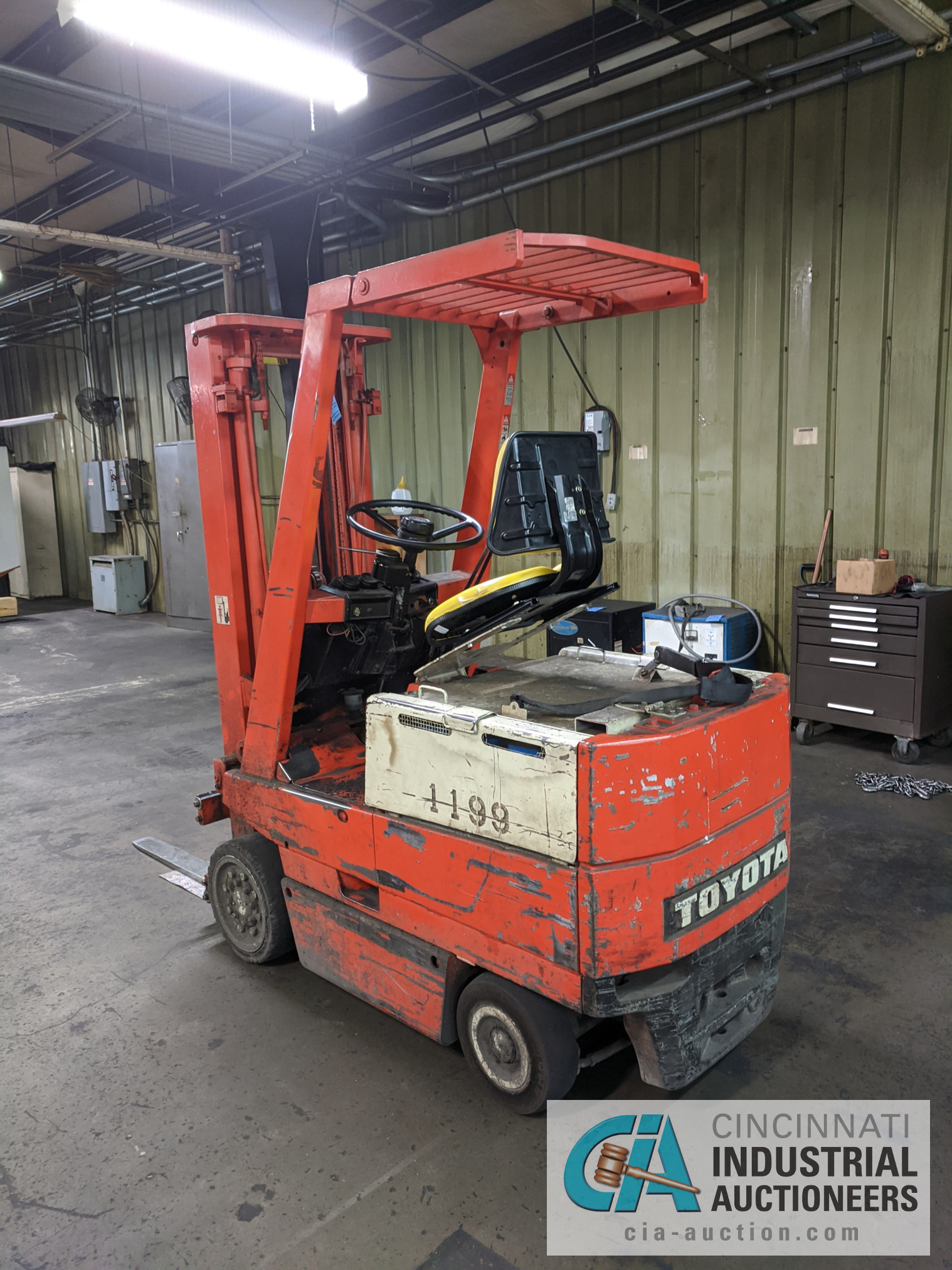 TOYOTA SIT-DOWN ELECTRIC LIFT TRUCK - Image 5 of 10