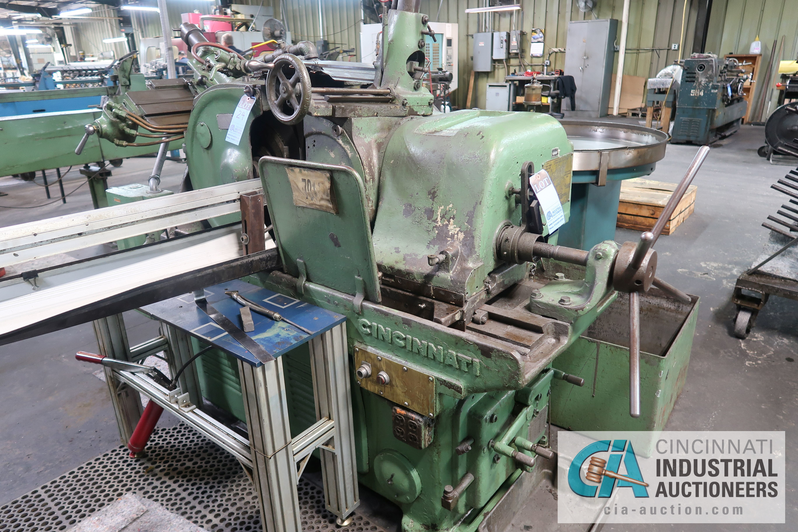 Lot 24 - CINCINNATI MODEL 2 CENTERLESS GRINDER; S/N 2M2H1R-154 (NEW 1966) WITH INFEED AND OUTFEED CONVEYOR