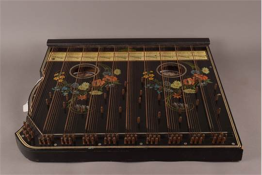 A Harpeleik Zither, steel strings and dual floral decoration