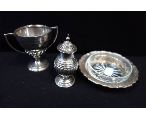 A SILVER PEPPERETTE a trophy cup and a silver dish (with later glass liner) (3) 139g