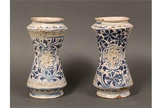 Coppia di albarelli in antica maiolica coppia di albarelli in antica