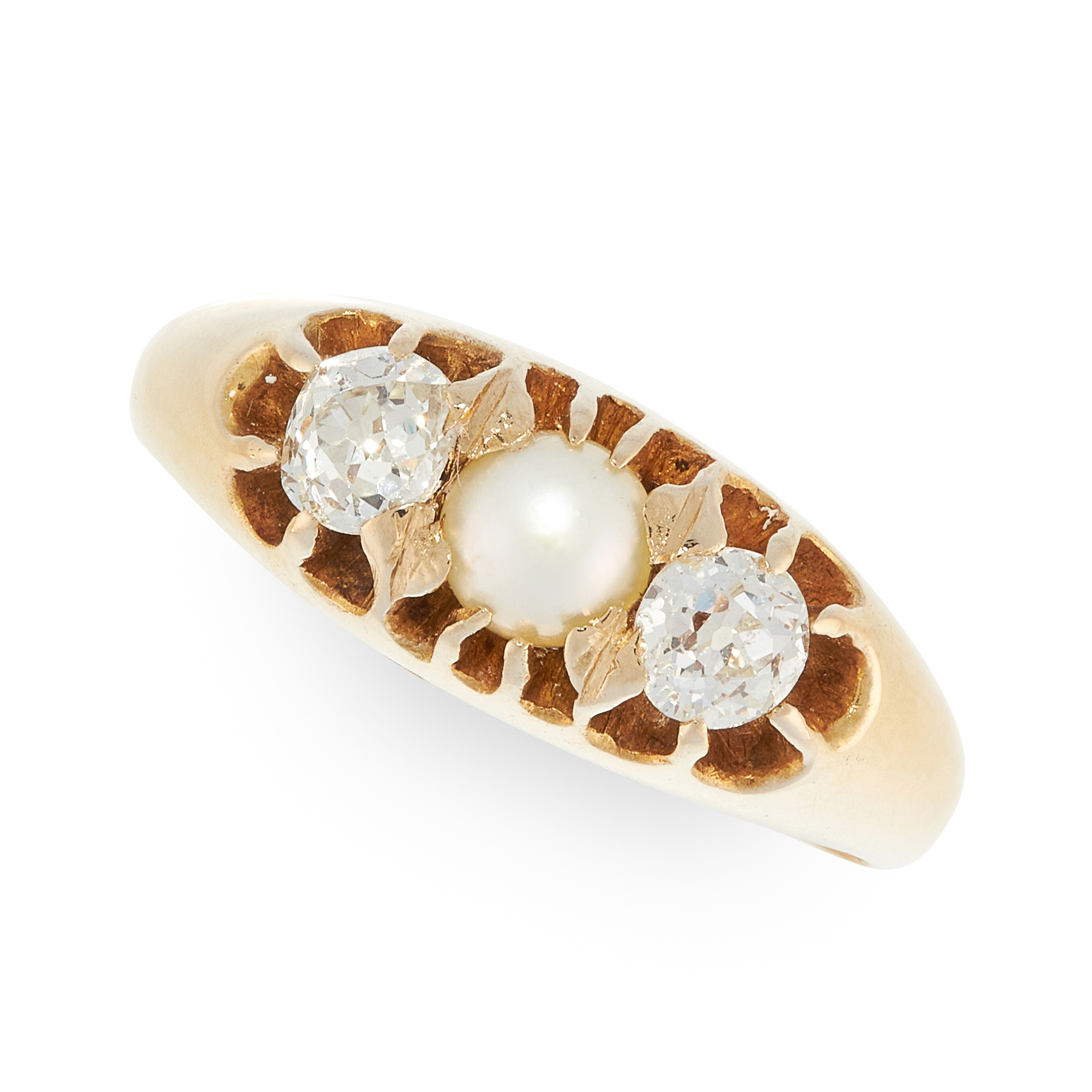AN ANTIQUE PEARL AND DIAMOND RING in yellow gold, set with a pearl of 4.6mm between two old old