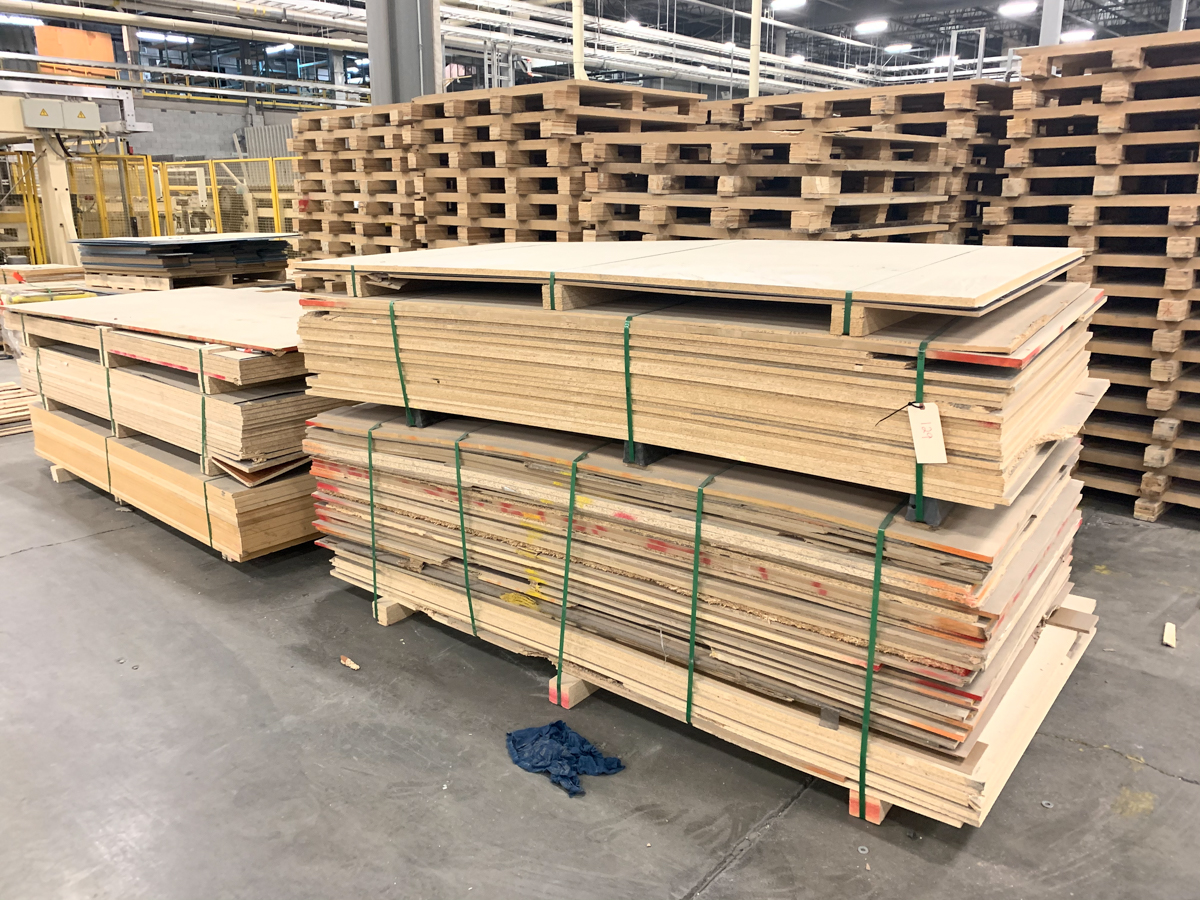 LOT OF ASSORTED PARTICLE BOARDS, MDF, PLYWOOD, ETC (+/- 18 BUNDLES( - Image 4 of 5