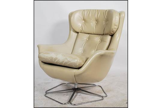 Phenomenal Vono A 1970S Retro Cream Faux Leather Swivel Chair Raised Creativecarmelina Interior Chair Design Creativecarmelinacom