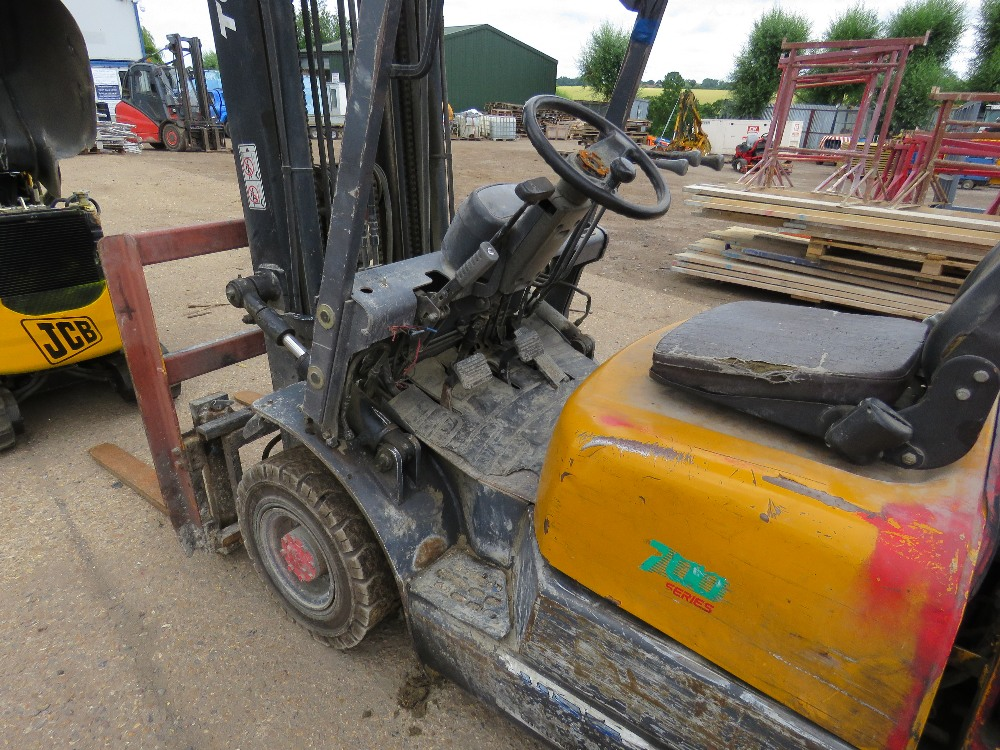 TCM CONTAINER SPEC FHD18Z8 DIESEL FORKLIFT WITH SIDE SHIFT ON SOLID TYRES, YEAR 1999, 1.8 TONNE LIFT - Image 4 of 8
