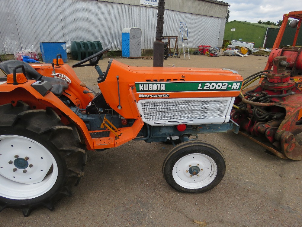 KUBOTA 20HP 2WD COMPACT TRACTOR C/W REAR LINKAGE. WHEN TESTED WAS SEEN TO DRIVE, STEER AND BRAKE - Image 2 of 5
