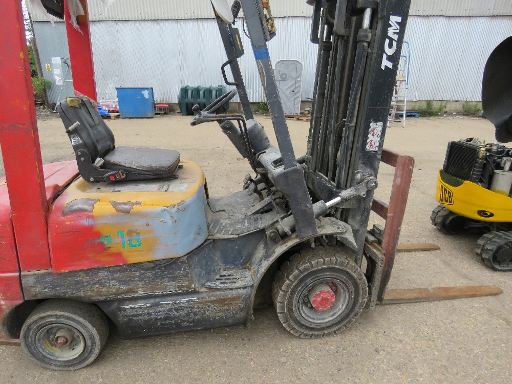 TCM CONTAINER SPEC FHD18Z8 DIESEL FORKLIFT WITH SIDE SHIFT ON SOLID TYRES, YEAR 1999, 1.8 TONNE LIFT - Image 2 of 8
