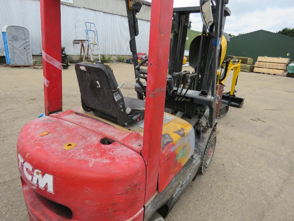TCM CONTAINER SPEC FHD18Z8 DIESEL FORKLIFT WITH SIDE SHIFT ON SOLID TYRES, YEAR 1999, 1.8 TONNE LIFT - Image 3 of 8