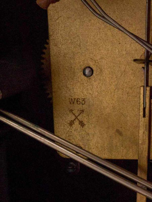Buffetuhr der 1920/30er Jahre, Nussbaum furniertes Holzgehäuse, Messingvollplatinenwerk, nicht auf - Image 5 of 7