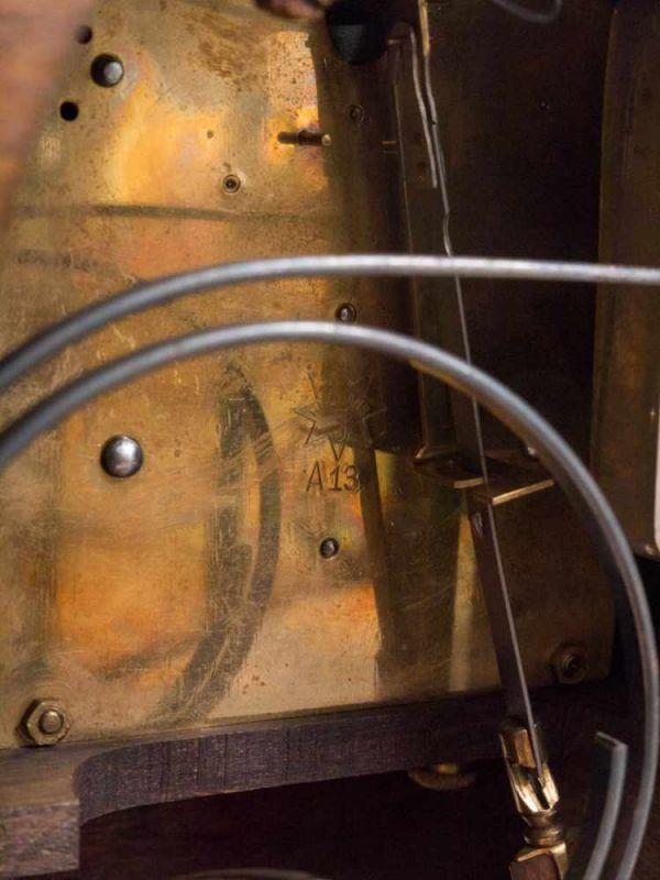 Tischuhr/Vertikouhr um 1900/20. Eichengehäuse mit seitlich frontal gestellten Säulen, ca. 31 x 26 - Image 4 of 5