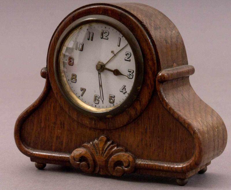 """Lot 5816 - Kleine Tischuhr der Marke """"Pfeilkreuz"""", Eichenkorpus ca. 11 x 13,5 x 6 cm. Werk nicht auf"""