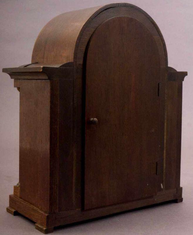 Tischuhr/Vertikouhr um 1900/20. Eichengehäuse mit seitlich frontal gestellten Säulen, ca. 31 x 26 - Image 5 of 5