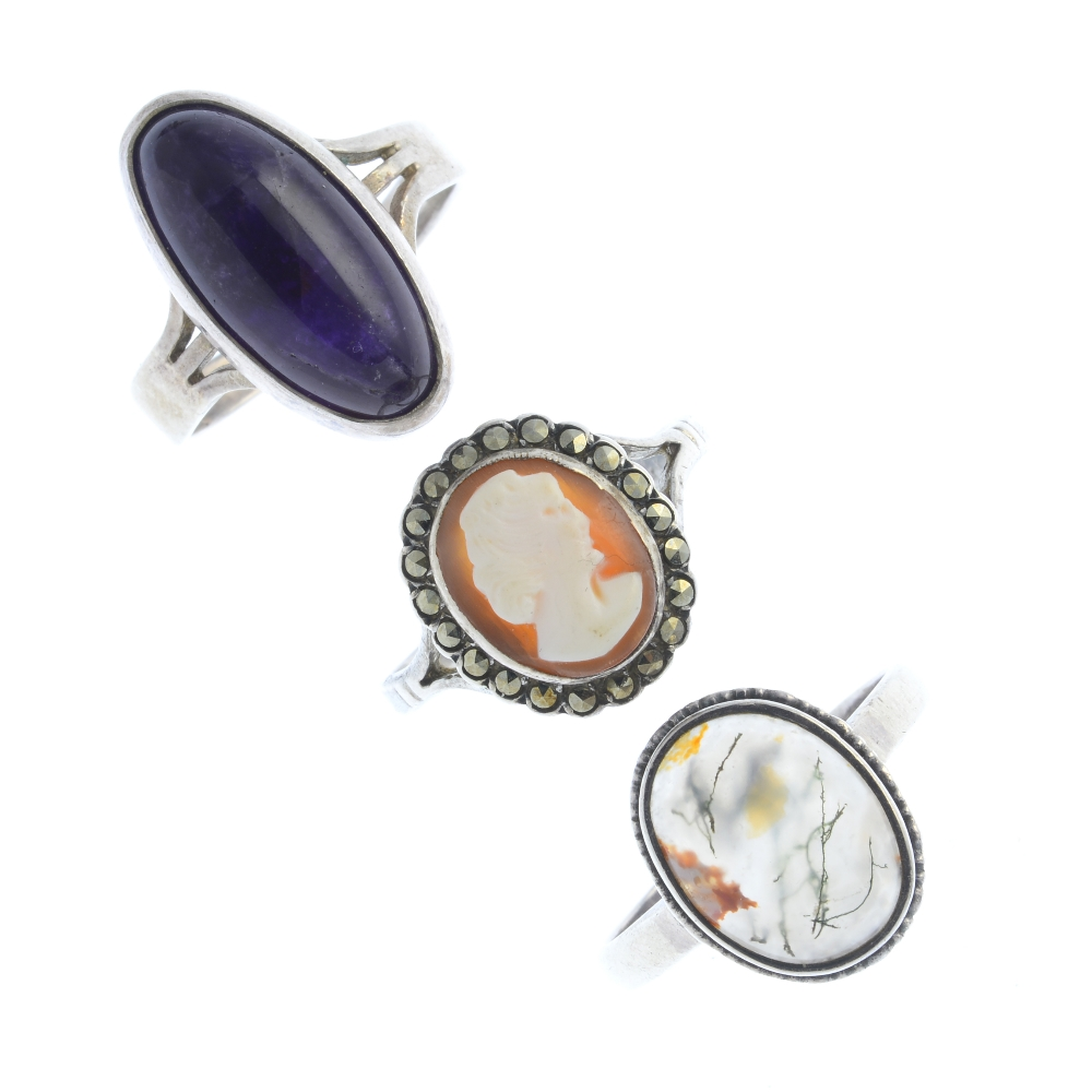 Lot 34 - A selection of silver and white metal jewellery. To include a moss agate single stone ring, a silver