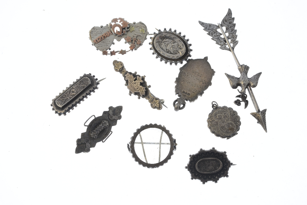 Lot 14 - A selection of silver and white metal jewellery. To include an Edwardian silver locket with
