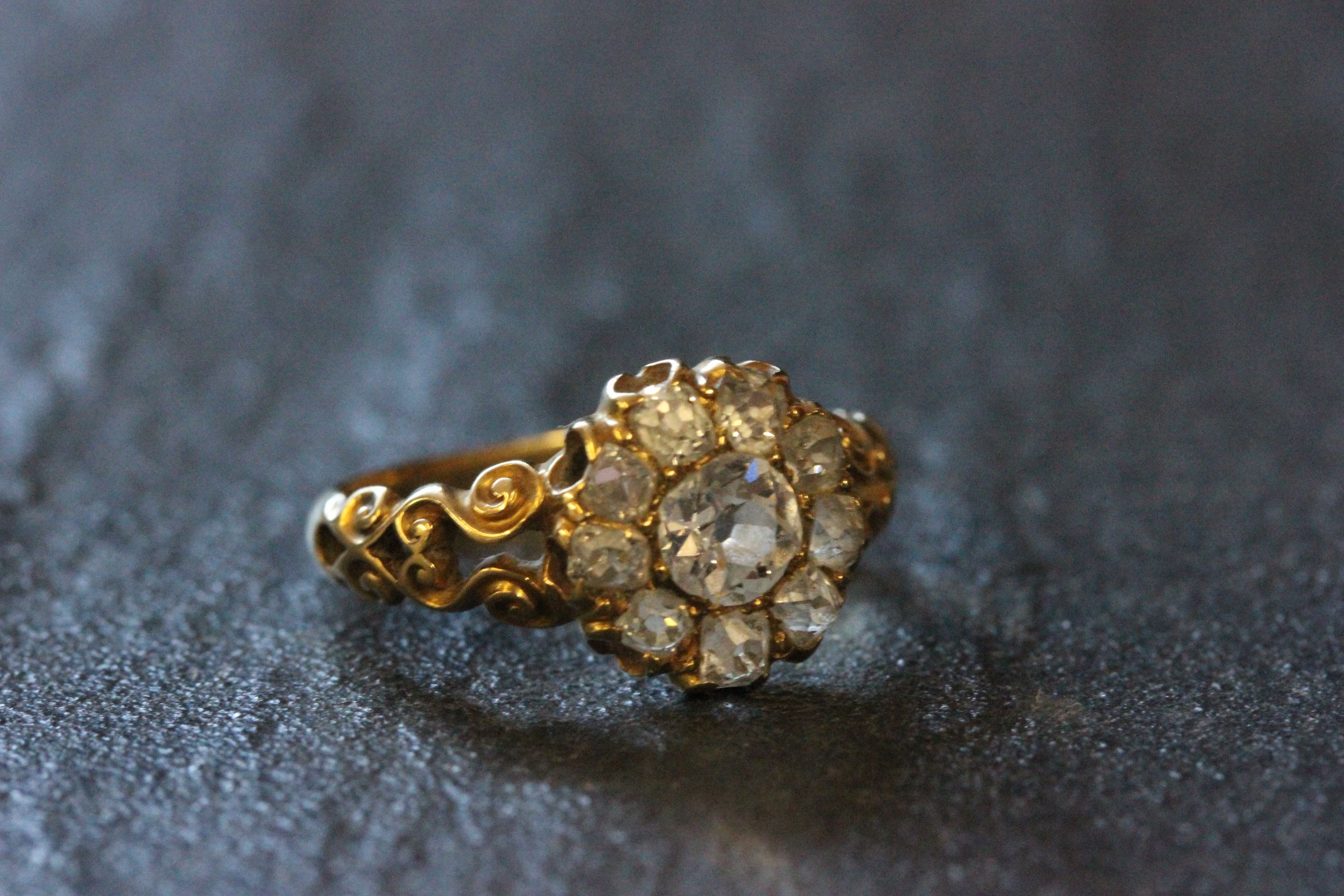 Lot 2 - 18ct Gold ring with large diamond cluster