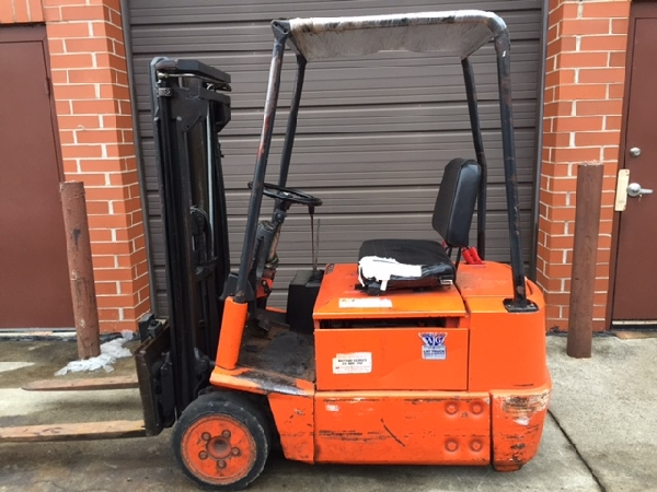 Linde electric forklift 10 foot lift Side shift 24 volt battery 3000lb. Cap.