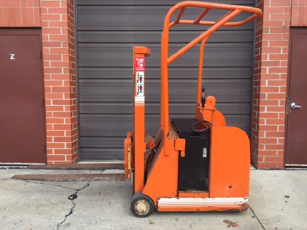 Automatic/Yale forklift 9 foot lift 2000lb. Cap 24 volt battery 110v charger Compact design