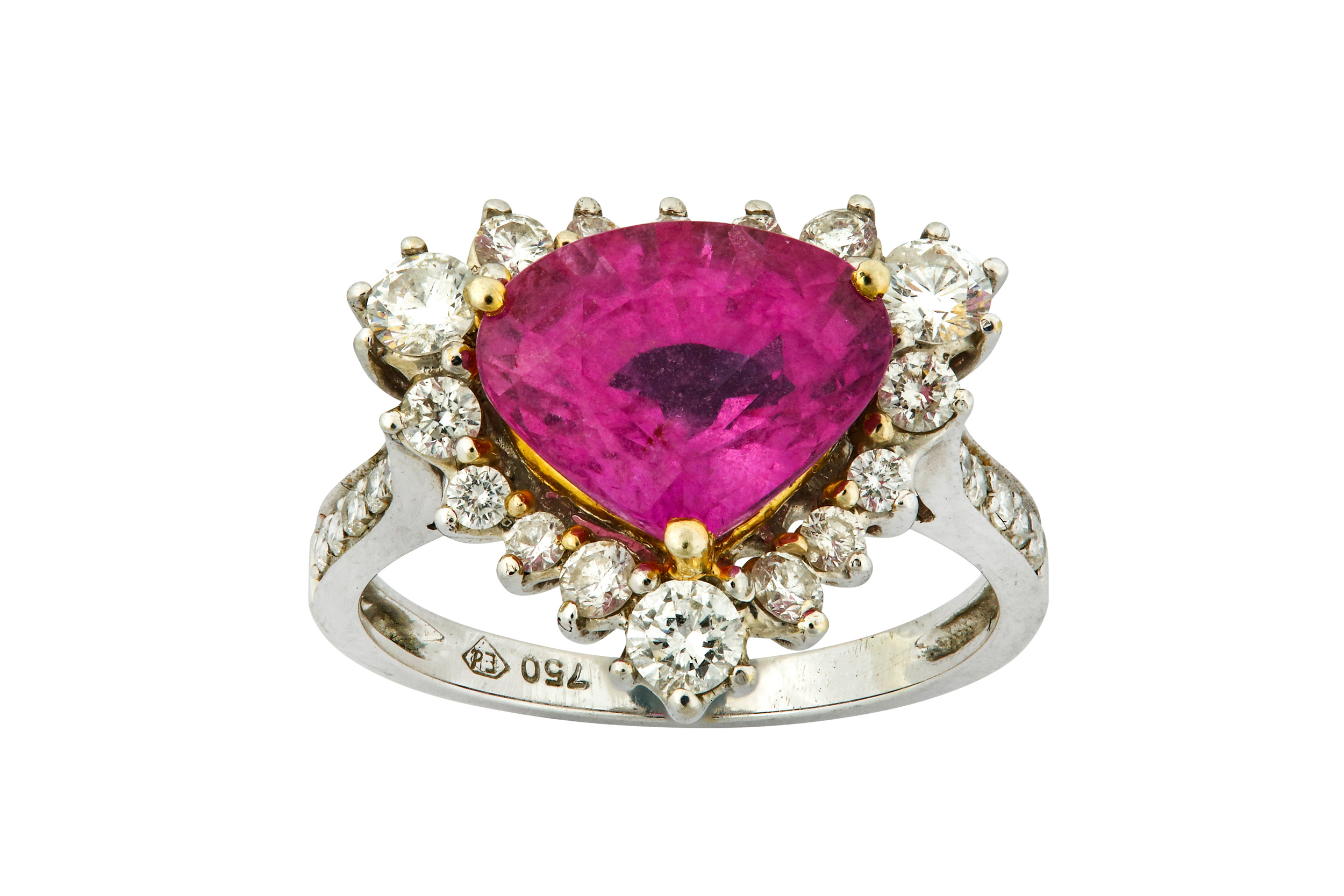 Lot 44 - A pink sapphire and diamond ring
