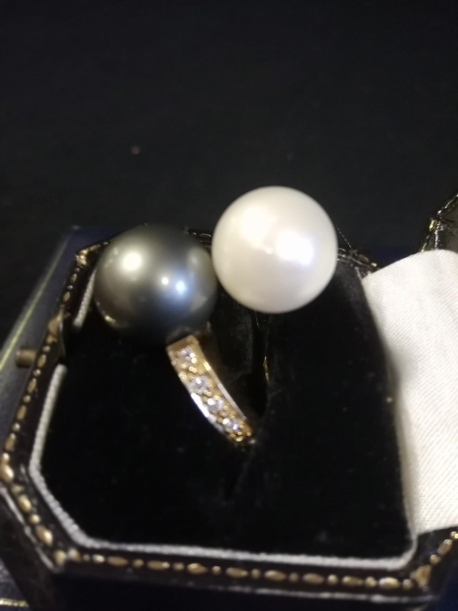 18ct yellow gold diamond set crossover pearl sporting a south seas black & white pearl