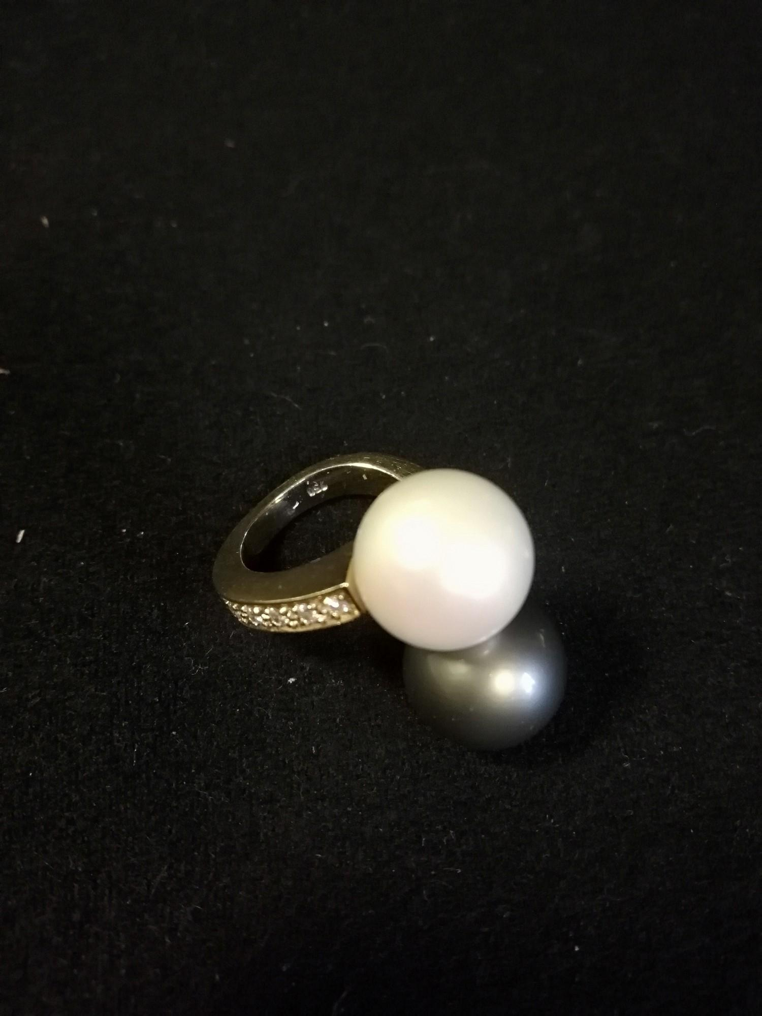 18ct yellow gold diamond set crossover pearl sporting a south seas black & white pearl - Image 2 of 4