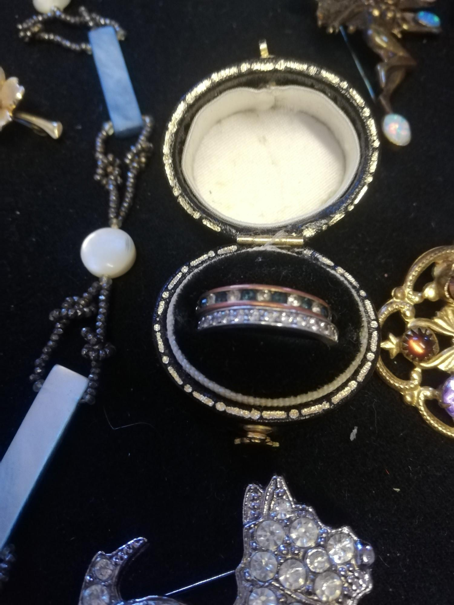 Vintage Jewellery t/w 2 small china figures - Image 3 of 4