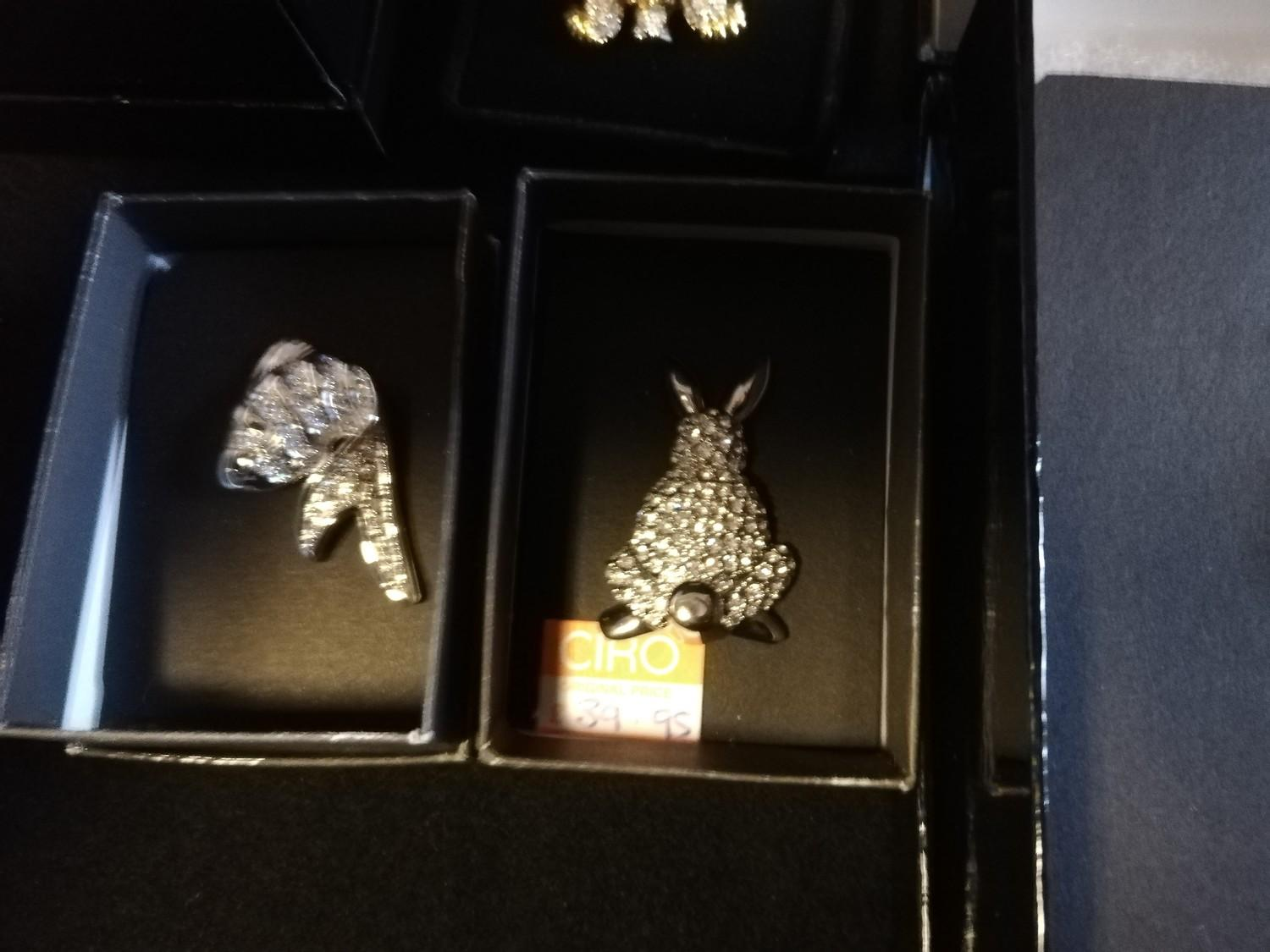 Collection of Ciro brooches inc pig, beehive with bees, cow, birds & turtle + 2 empty bags - Image 8 of 11
