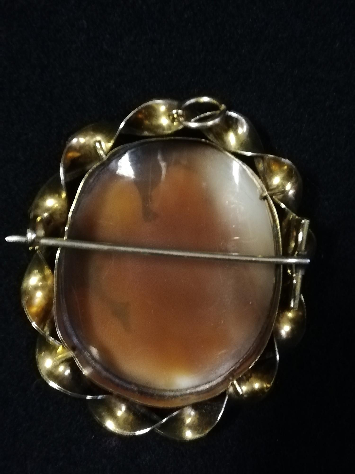 Unmarked gold mounted cameo brooch depicting an angel - Image 2 of 2