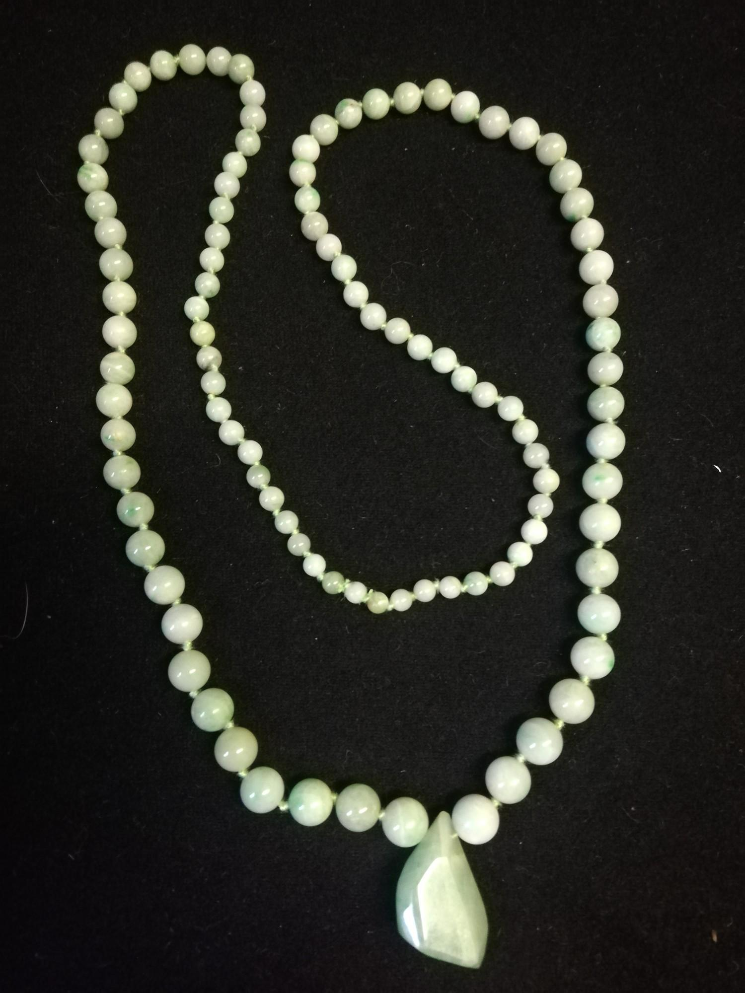 """Green jade necklace in original retail box - Imrie & Lawrence, Lahore & Simla, India -length 28"""""""