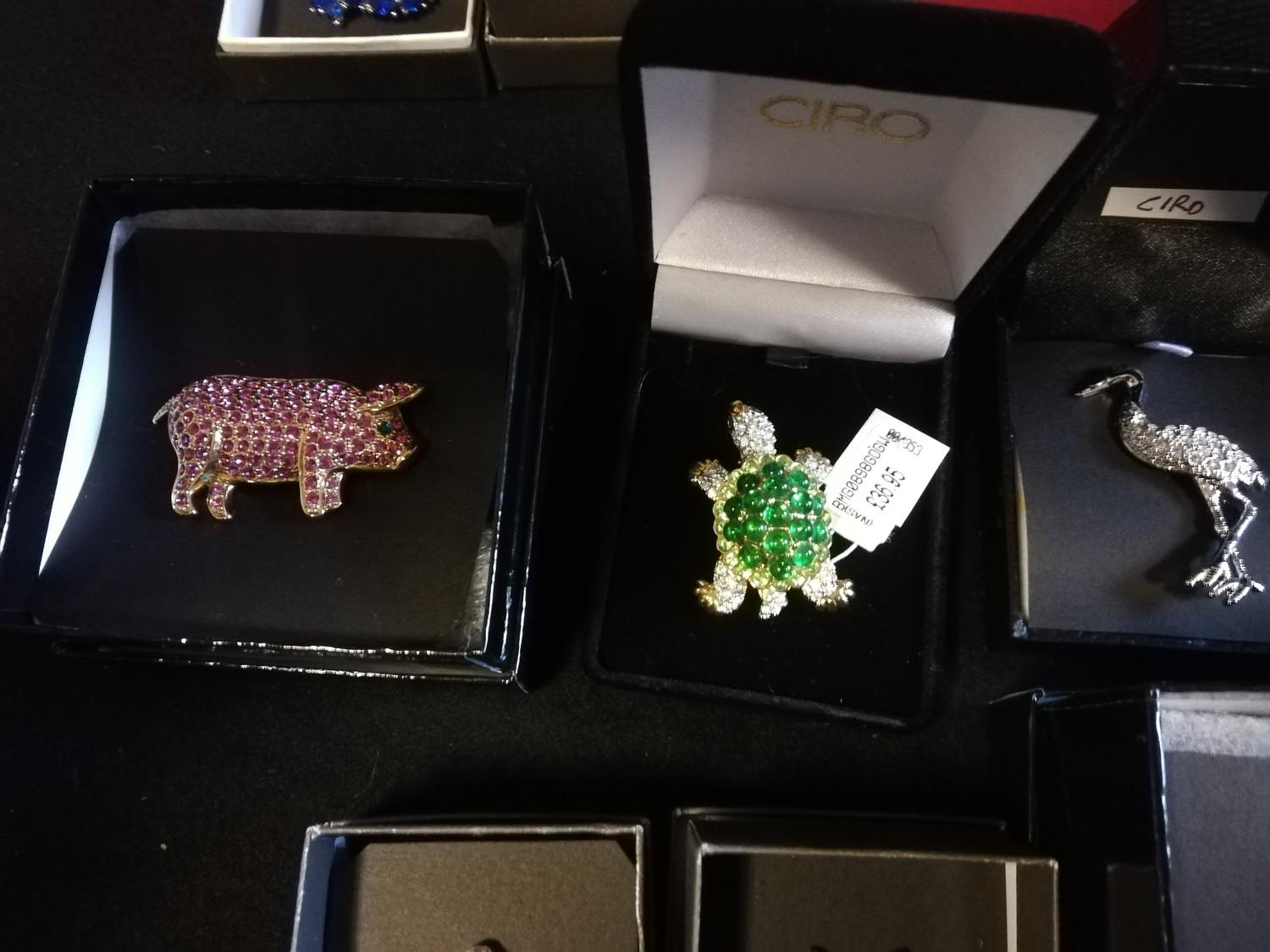 Collection of Ciro brooches inc pig, beehive with bees, cow, birds & turtle + 2 empty bags - Image 6 of 11