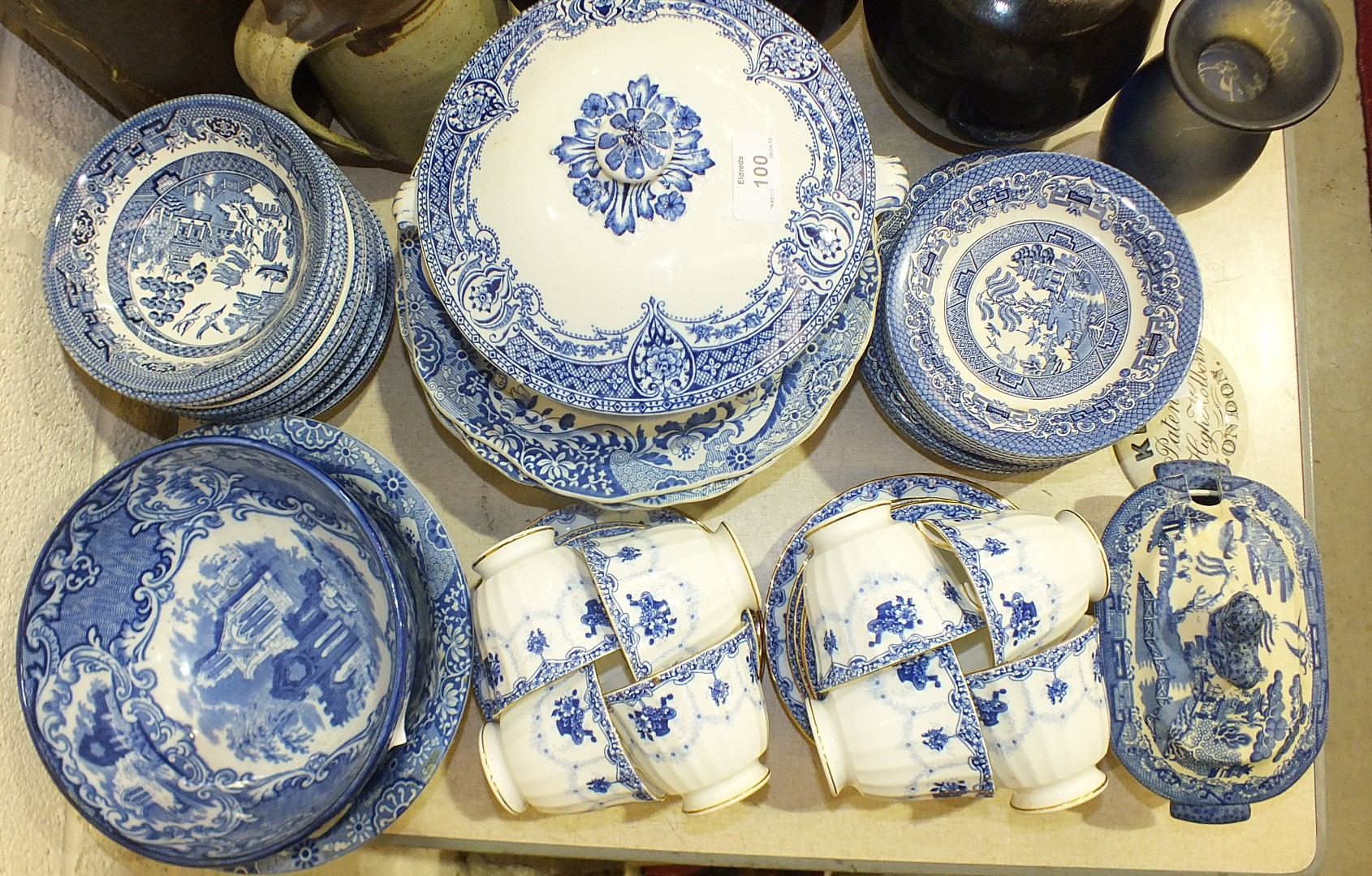 Lot 100 - A collection of blue and white tea and dinnerware, including willow pattern, and other ceramics,