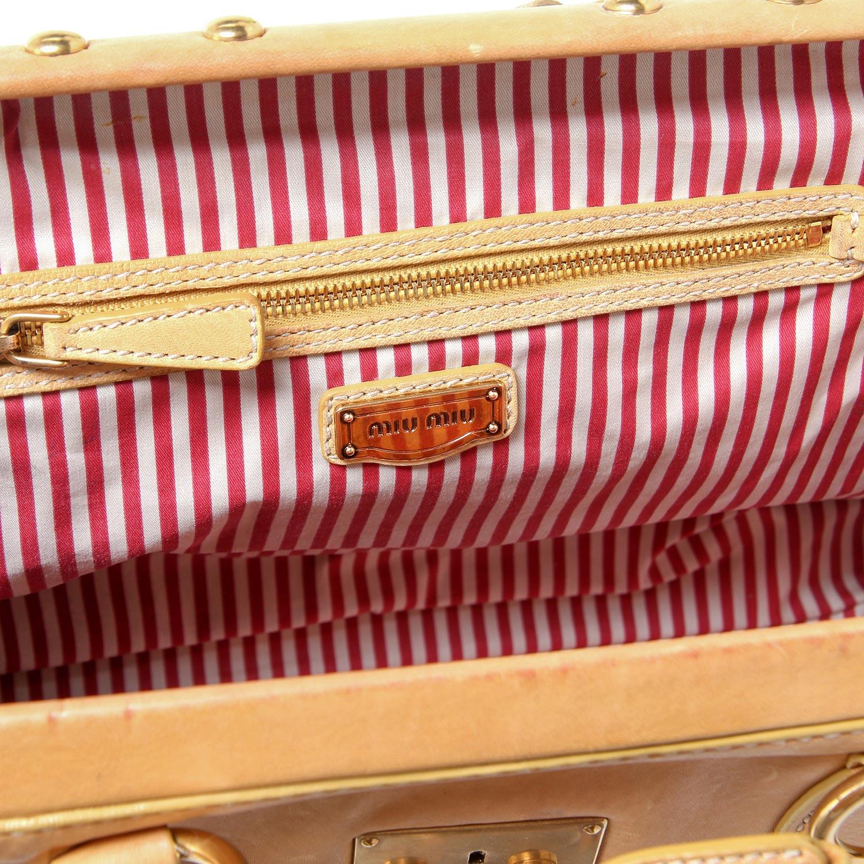Lot 3 - MIU MIU Schultertasche.Camelfarbenes Leder mit Klappverschluss, goldfarbene Hardware, Klick-