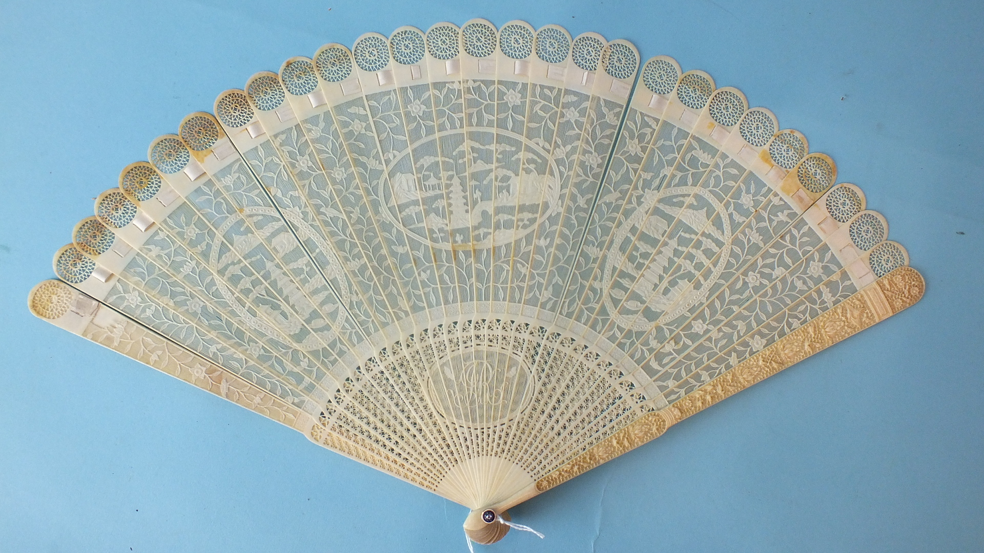 Lot 398 - A 19th century Chinese carved ivory brisé fan, the guards carved with flowers and birds, the brisé