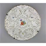 Meissen, Prunkteller Streublümchen und Rocaillen, goldstaffiert, Reliefdekor, unterglasurblaue