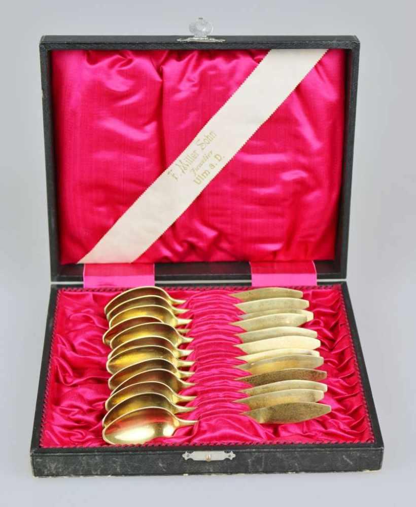 12 Moccalöffel, gestempelt 13 Lot, vergoldet, Herstellerzeichen: Loch, L.: 13,8 cm, Gewicht: ca. 137