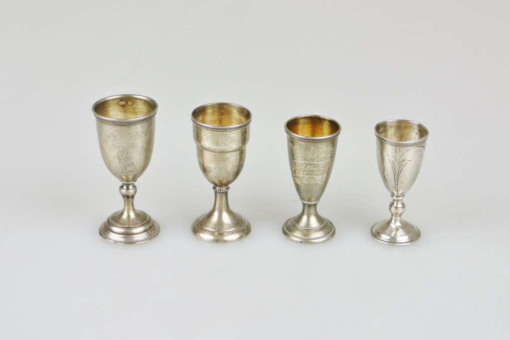 Vier Wodkabecher, Silber, Russland, Punze Kopf 875, jew. Kelch auf Schaft, div. Dekore. H.: ca.