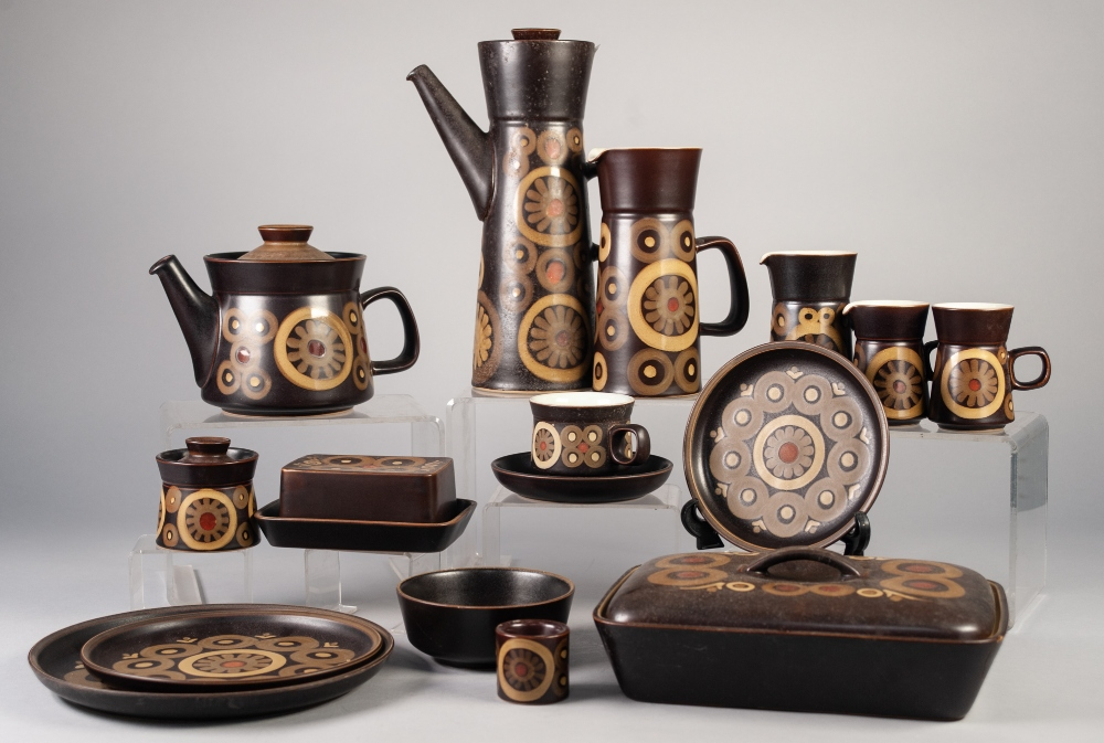 Lot 23 - AN APPROX 68 PIECE MODERN DENBY OVEN TO TABLE WARE DINNER, TEA AND COFFEE SERVICE