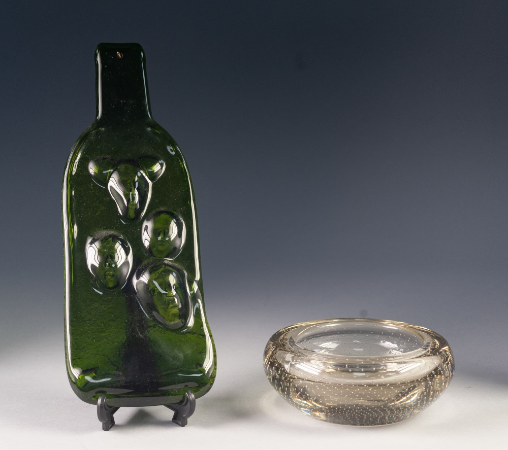 """Lot 19 - PROBABLY WHITEFRIARS, CLEAR GLASS ASHTRAY WITH BUBBLE INCLUSIONS, 6"""" (15.2cm) diameter, together"""