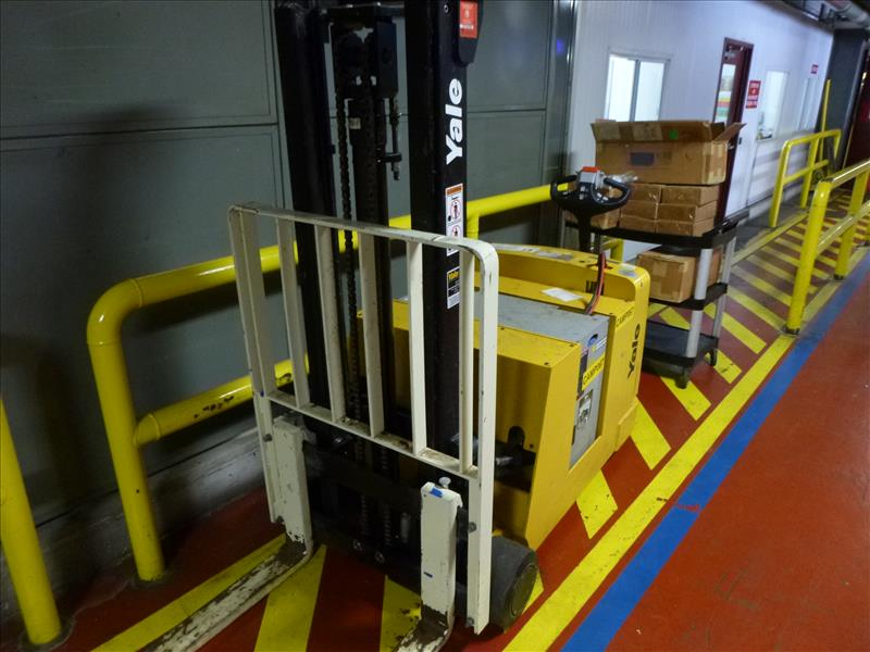 Yale walk-behind fork lift truck, mod. MCW030LEN24TV072, ser. no. C819N02986P, 24V electric, 3000 - Image 2 of 3