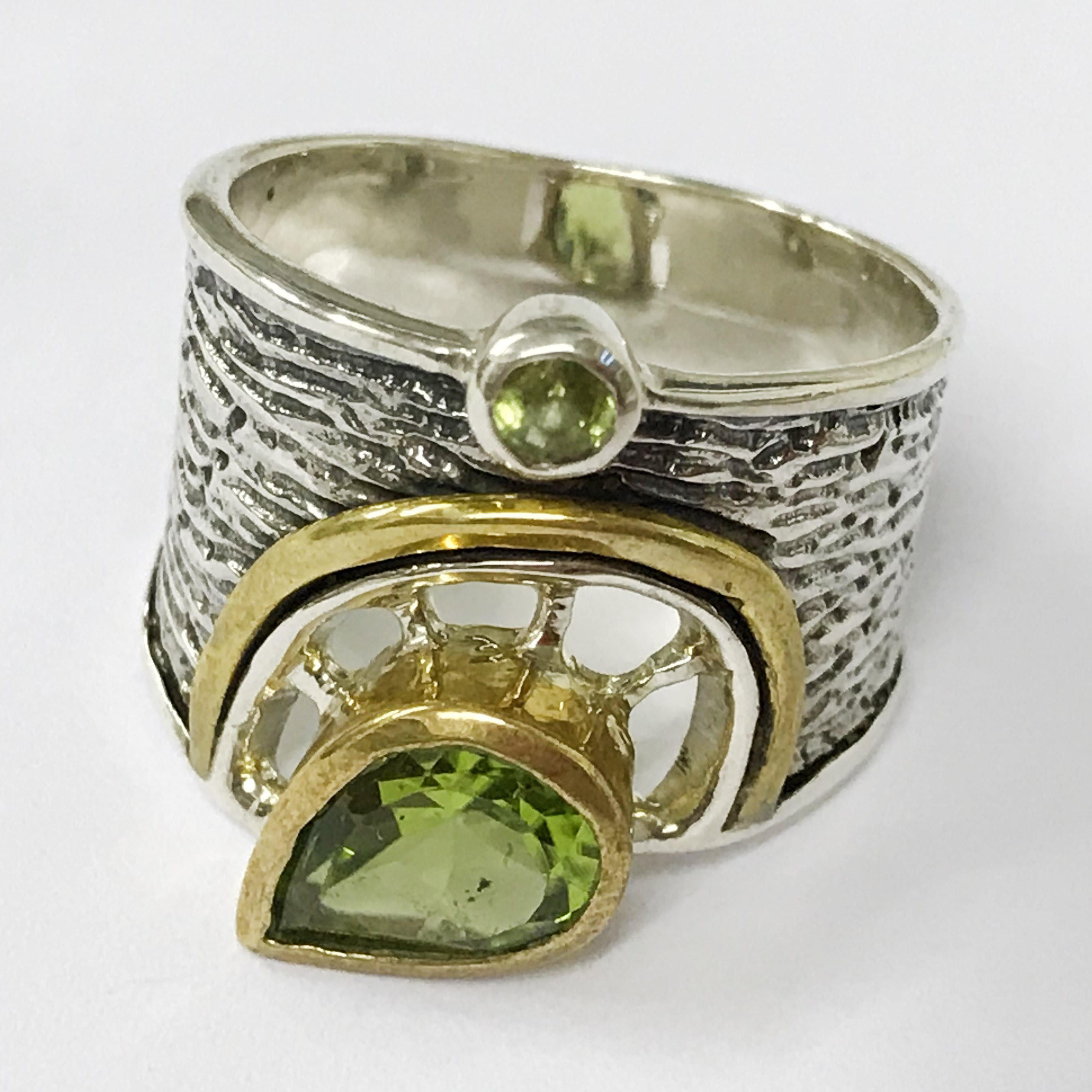 Lot 23 - Sterling silver Peri Dot gemstone ring