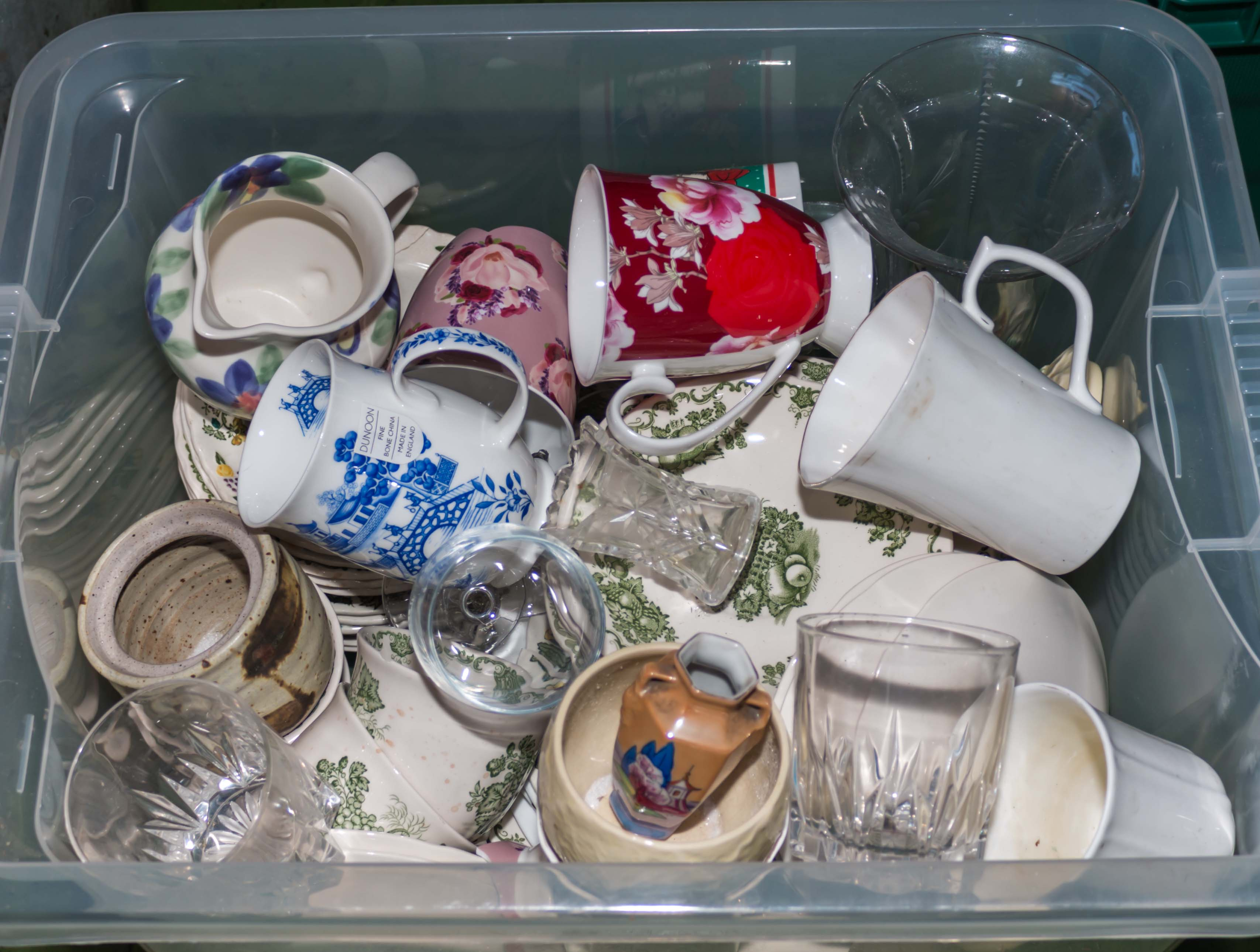 Lot 27 - A box of pottery kitchen ware