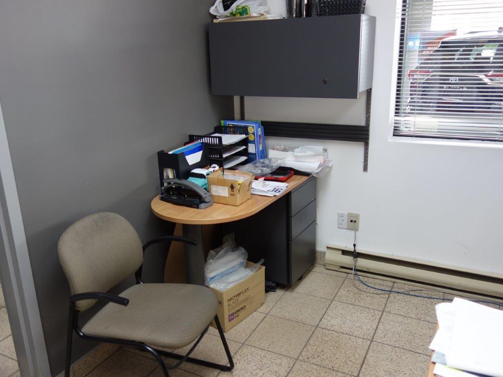 Lot : poste de travail avec retour, 3 fauteuils en cuir, table en coin 3 tiroirs, filière latérale 4 - Image 2 of 3